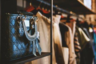 Fototapeta Torebki i ubrania w sklepie mody