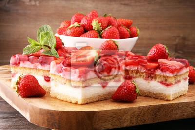 Tort truskawkowy na desce ze świeżymi truskawkami