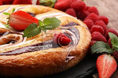 Tort truskawkowy z malinami