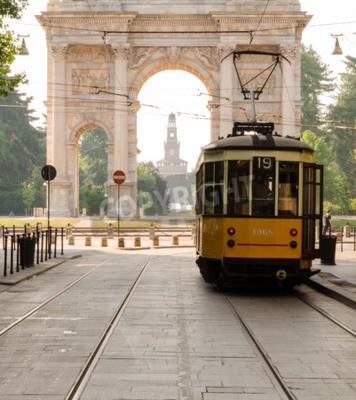 Fototapeta tradionatal Stary tramwaj. Tramwaj tego typu są używane w Mediolanie od lat pięćdziesiątych dwudziestego wieku. Sempione bulwar, milan