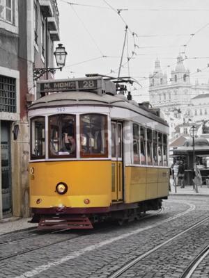 Fototapeta Tradycyjna żółty tramwaj na ulicy w Lizbonie, Portugalia