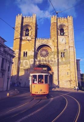 Fototapeta Tradycyjna żółty tramwaj w naprzeciwko katedry w Lizbonie, Portugalia