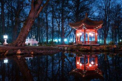 Fototapeta Tradycyjne chińskie pawilony w Parku Łazienkowskim w Warszawie w prawie
