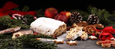 Tradycyjne europejskie świąteczne ciasto, pachnące domowe pieczone, z przyprawami i suszonymi owocami.