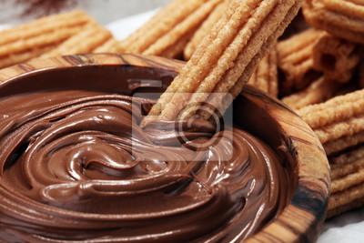 Tradycyjne hiszpańskie churros deserowe z cukrem i czekoladą