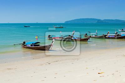 Tradycyjne łodzie longtail na plaży Ao Nang