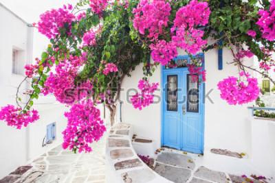 Fototapeta Tradycyjny grecki dom z kwiatami na wyspie Paros, Grecja