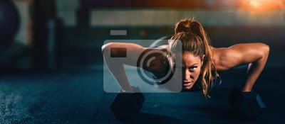 Fototapeta Trening obwodowy. Młoda kobieta ćwiczy przy gym