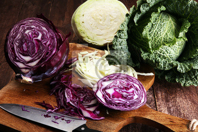 Trzech świeżych organicznych kapusty głowy. Przeciwutleniacz zbilansowana dieta z czerwoną kapustą, białą kapustą i sosą
