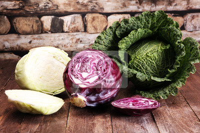 Trzy świeże organiczne główki kapusty. Zrównoważona dieta przeciwutleniająca z czerwoną kapustą, białą kapustą i savoy
