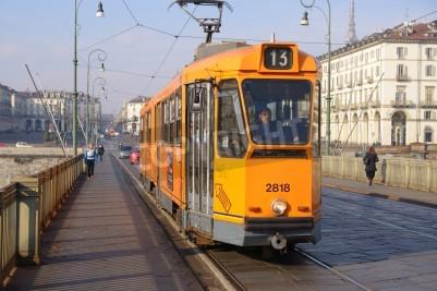 Fototapeta Turyn, Włochy - 11 stycznia 2013 Tramwaj na moście w Turynie na 11 stycznia 2013 Takie tramwaje są przeznaczone do ruchu na wąskich ulicach miasta