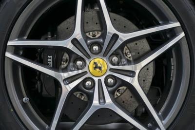 Fototapeta Turyn, Włochy - 13 czerwca 2015: Koło stopu pięciogwiazdkowy modelu Ferrari California
