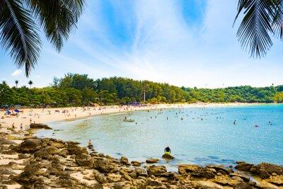 Fototapeta Turyści na plaży Nai Harn - jedna z najlepszych plaż w Phuket w Tajlandii