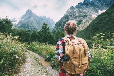 Fototapeta Turysta chodzenie do góry