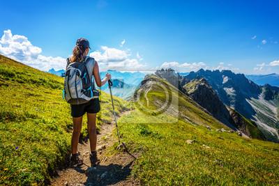 Fototapeta Turysta w buty i plecak trzyma laskę