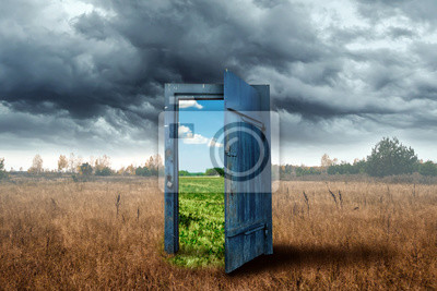 Fototapeta Twórczy tło. Stare drewniane drzwi, kolor niebieski, w pudełku. Przejście do innego klimatu. Pojęcie zmiany klimatu, portal, magia. Skopiuj miejsce