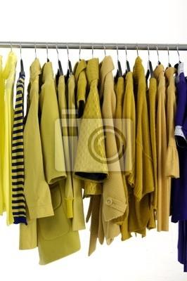 Ubrania wiszące moda żółty jako wyświetlacz
