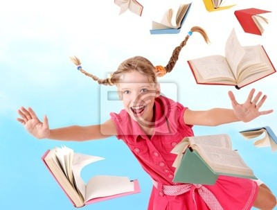 Uczennica z plecak gospodarstwa pala książek. Outdoor .