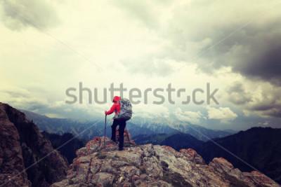 Fototapeta udany plecak kobieta cieszy się widokiem na szczyt