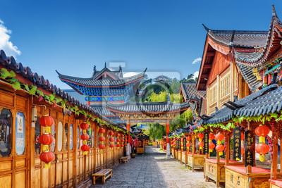Fototapeta Ulica ozdobiona tradycyjnych chińskich czerwone latarnie, Lijiang