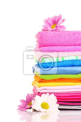 ułożone kolorowe ręczniki na białym tle
