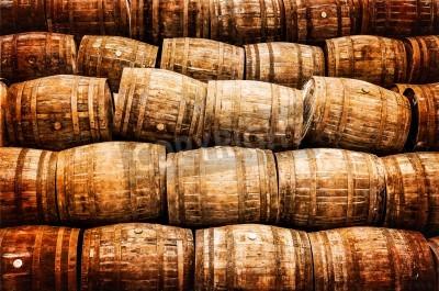 Fototapeta Ułożone stos starych whisky i wina drewnianych beczkach w stylu vintage