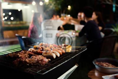 Fototapeta Uroczysty obiad, grill i pieczeń wieprzowa w nocy