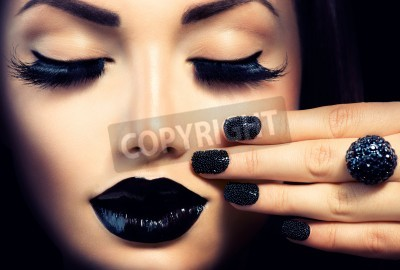 Fototapeta Uroda Moda Dziewczyna z czarnym kawiorem Trendy manicure i makijaż