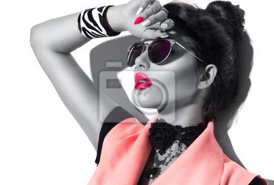 Fototapeta Uroda moda model dziewczyny czarno-biały portret, ubrany w stylowe okulary