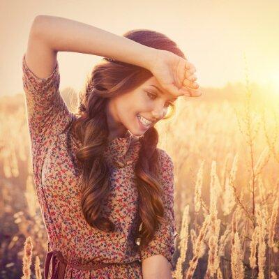 Fototapeta Uroda Wesela zewnątrz dziewczyna. Piękna nastolatka modelu