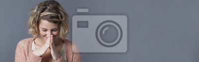 Fototapeta Uśmiecha się młoda kobieta ukrywanie jej śmiechu w ręce, baner