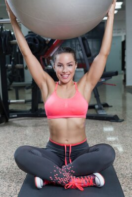 Fototapeta Uśmiechnięta kobieta z piłką fitness