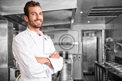 Fototapeta Uśmiechnięta młody kucharz stały z bronią przekraczane
