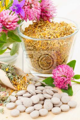uzdrowienie zioło w szklanej filiżance, tabletki, lek ziołowy