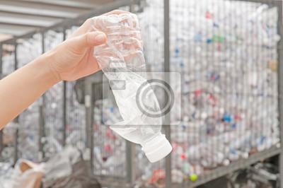 używane butelki z tworzywa sztucznego w ręku