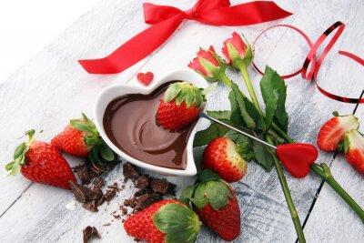 Valentine Czekoladowe fondue topione ze świeżymi truskawkami i ciemną czekoladą i różami