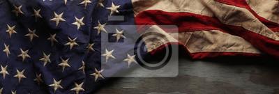 Fototapeta Vintage czerwone, bia? Ei niebieskie flagi ameryka? Skiej na dzień Memorial lub weterana w tle dzie ?.