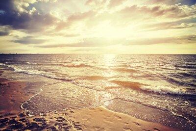 Fototapeta Vintage filtrowane na plaży o zachodzie słońca, krajobraz lato.