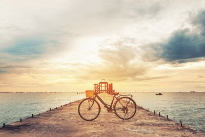 Fototapeta Vintage rower na betonowym molo w słońca, rocznik tonowe, miękki