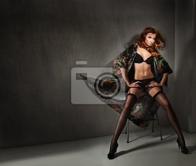 Vogue styl zdjęcie młodych piękno nad ciemne ściany