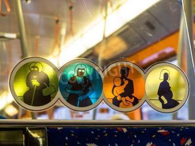 Fototapeta w siedzibie metra dla osób niepełnosprawnych lub rannych zastrzeżone.