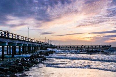 Fototapeta W widoku wieczorem mostu morza