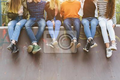 Fototapeta Wakacje letnie i nastoletnia koncepcja - grupa uśmiechniętych nastolatków z deskorolka wychodzić na zewnątrz.
