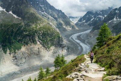 Fototapeta Wanderin auf Wanderweg z Mer de Glace Gletscher bei Montenvers, Chamonix