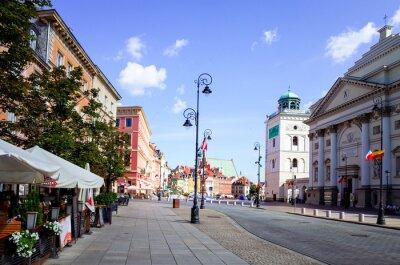 Fototapeta Warszawa, Polska - 01 sierpnia: Turystów na pieszo ulicy w Warszawie, P