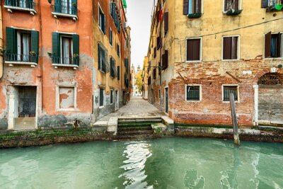 Fototapeta Wąska ulica i kanał w Wenecji, Włochy
