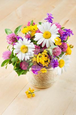 wazon z bukietem ziół leczniczych i kwiatów