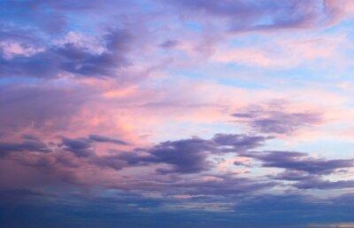 Fototapeta Wczesnym latem rano wiosna różowym i niebieskim pochmurne niebo