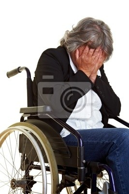 Weinende Frau im Rollstuhl