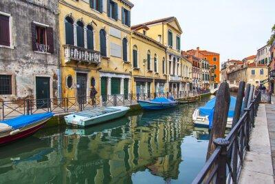 Fototapeta Wenecja, Włochy. Typowy krajobraz miasta. Ulica kanał
